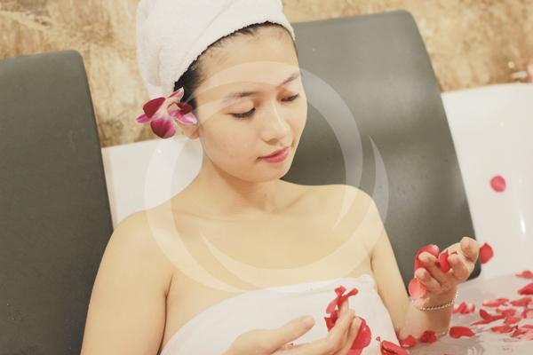 Tắm trắng bằng tinh chất sữa non và bùn khoáng tại TMV Đông Á