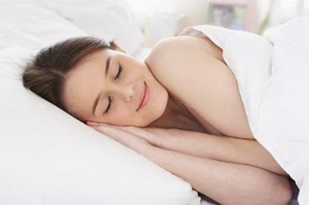 Ngủ đủ giấc sẽ khiến làn da trắng mịn, mềm mại hơn.