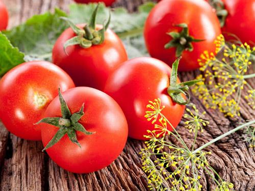 Cà chua là một nguyên liệu làm kem trị mụn trắng da hiệu quả