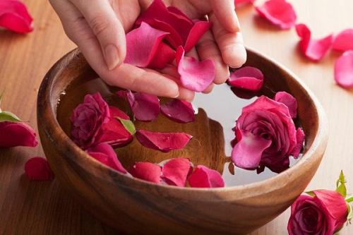 Sữa tắm trắng da được làm từ hoa hồng